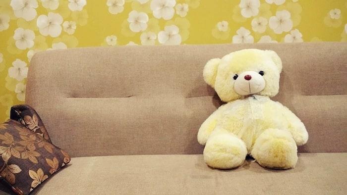 テディーベアがソファーの上で座っている
