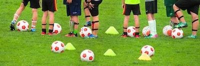 サッカーをしている子供